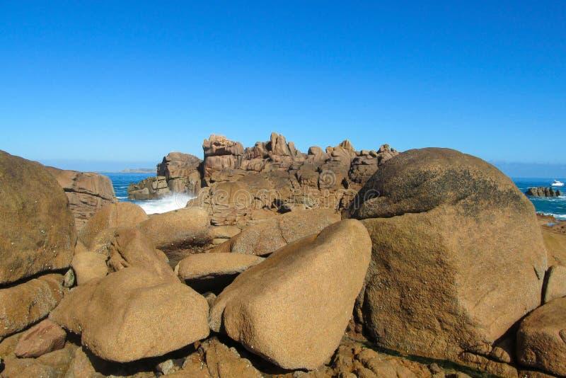Formación de roca del granito en la playa imagenes de archivo