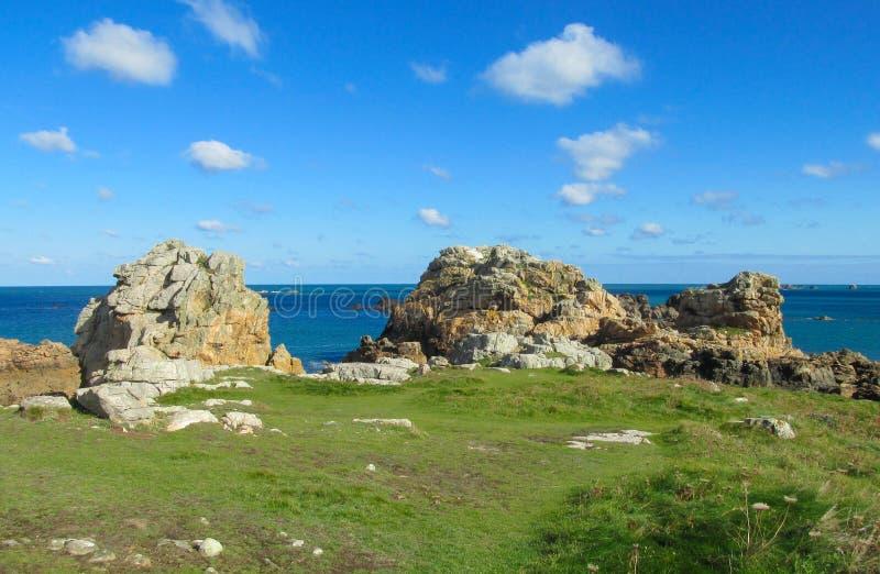 Formación de roca del granito en la playa del mar fotos de archivo