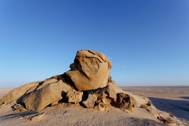 Formación de roca en el desierto de Namib en la puesta del sol, paisaje foto de archivo