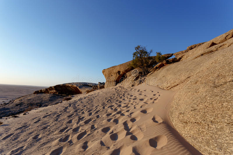 Formación de roca en el desierto de Namib en la puesta del sol, paisaje fotografía de archivo libre de regalías