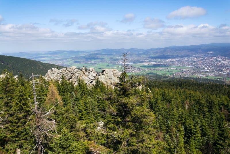 Formación de roca en la montaña Jested, Liberec en el fondo, República Checa imágenes de archivo libres de regalías