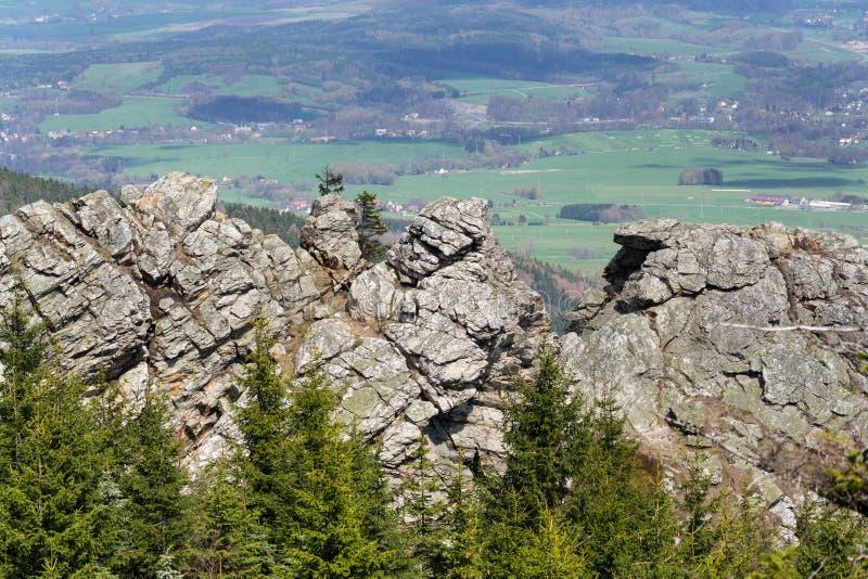 Formación de roca en la montaña Jested, Liberec en el fondo, República Checa imagen de archivo libre de regalías