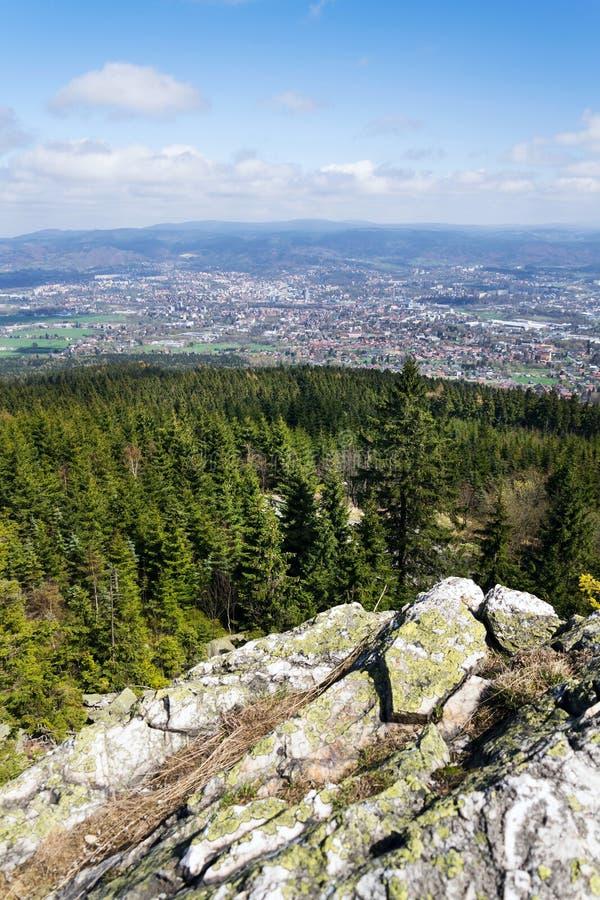 Formación de roca en la montaña Jested, Liberec en el fondo, República Checa foto de archivo libre de regalías