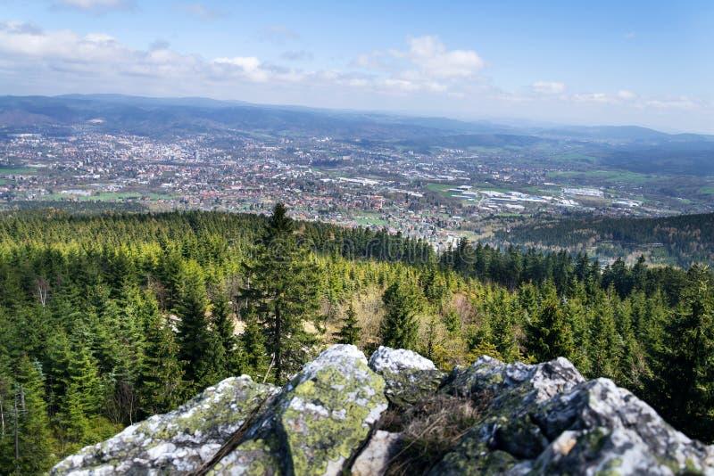 Formación de roca en la montaña Jested, Liberec en el fondo, República Checa imagenes de archivo