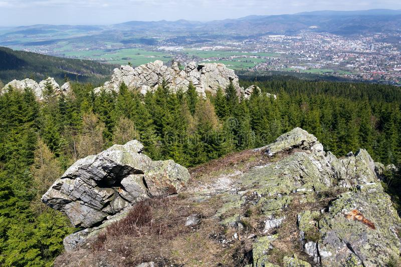 Formación de roca en la montaña Jested, Liberec en el fondo, República Checa foto de archivo