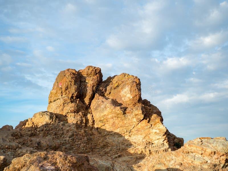 Formación de roca en un parque en un día soleado imagenes de archivo