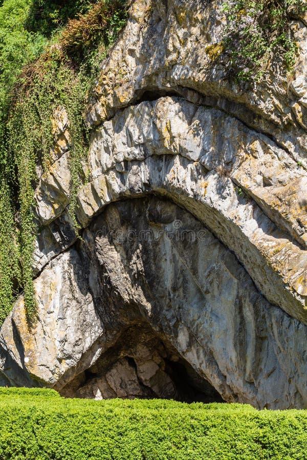 Formación de roca interesante en ciudad fotografía de archivo