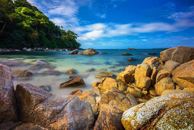 Formación de roca de la isla de Bintan y mar limpio 27 Indonesia maravillosa imágenes de archivo libres de regalías