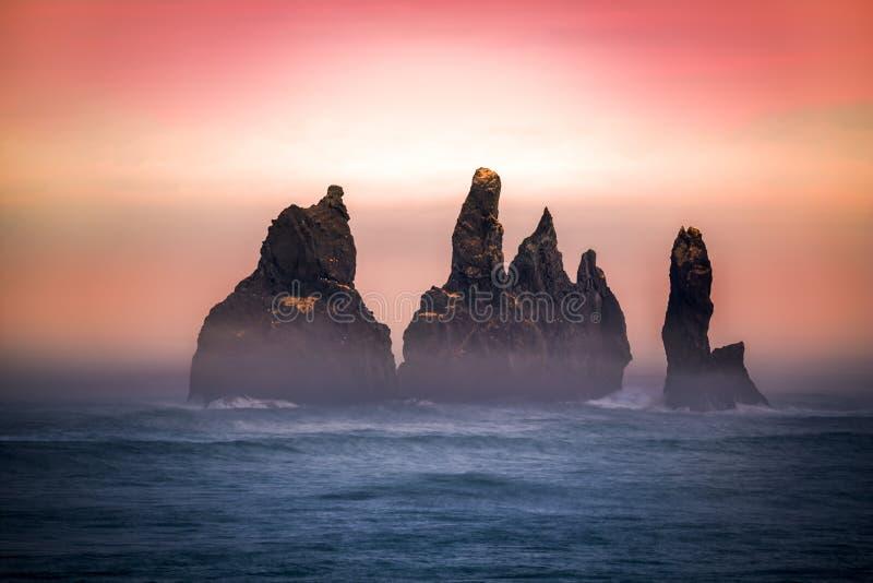 Formación de roca de Reynisdrangar imagen de archivo