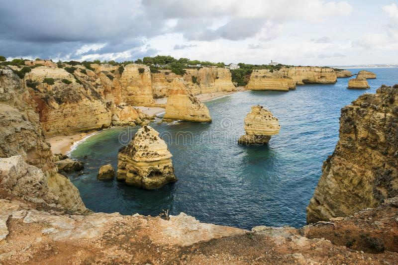 Formación de rocas de Algarve imagenes de archivo