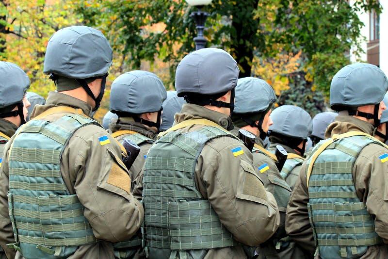Formación de soldados del ejército ucraniano La celebración del defensor del día de la patria imagen de archivo libre de regalías