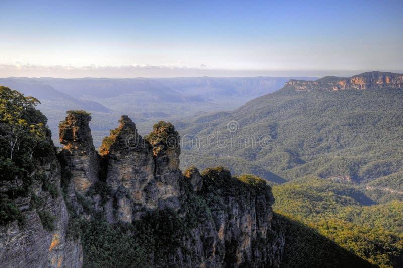 Formación de tres hermanas en montañas azules imágenes de archivo libres de regalías