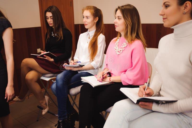 Formación del profesorado profesional del maquillaje su muchacha del estudiante a hacer lección preceptoral de Makeup del artista fotos de archivo