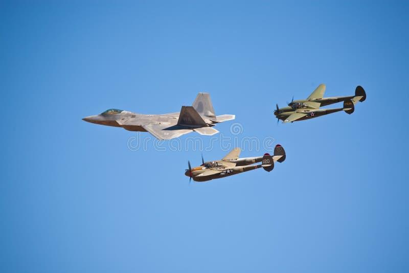 Formación del rapaz F-22 y del relámpago P-38 imagenes de archivo