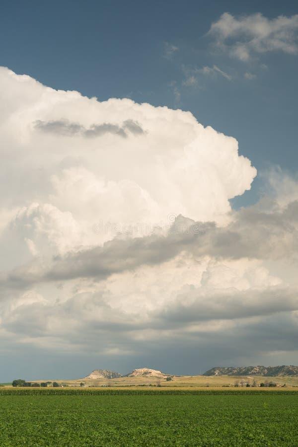Formación dramática de la nube de tormenta del cielo en la puesta del sol de la oscuridad foto de archivo libre de regalías