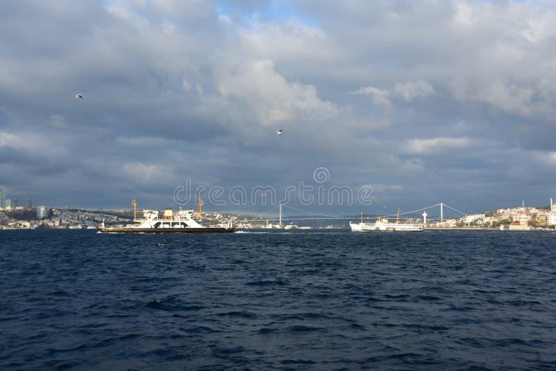 Formación dramática sobre el mar azul, Ä°stanbul de la nube foto de archivo