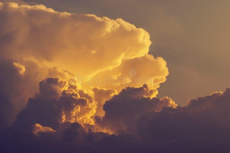 Formación dramática y hermosa de la nube, célula de la tormenta durante hora de oro fotos de archivo