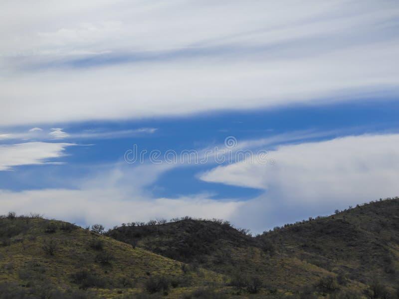Formación extraña de la nube sobre desierto en la frontera fotos de archivo libres de regalías