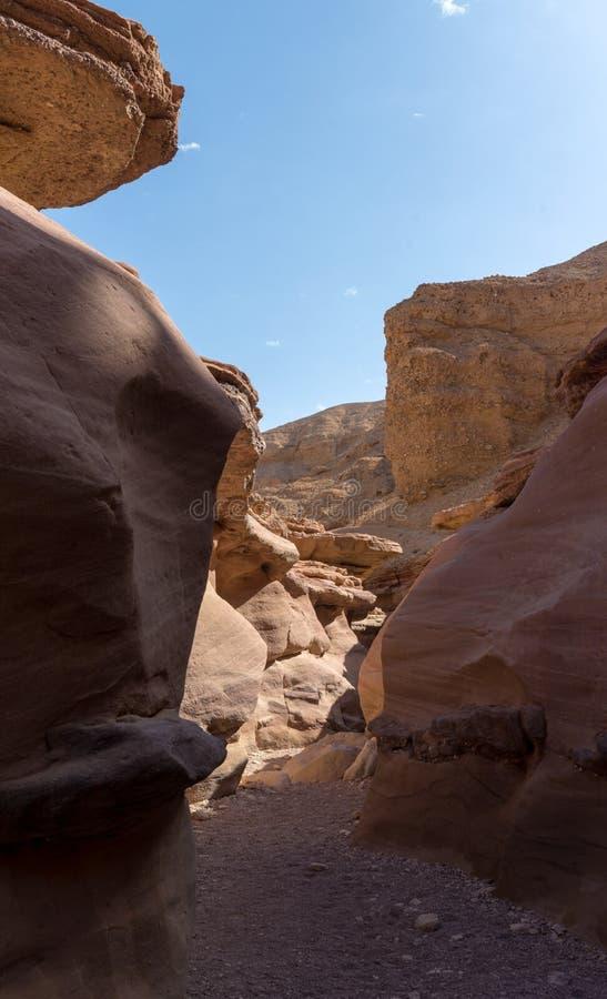 Formación geológica hermosa en el desierto, poder colorida de la piedra arenisca fotografía de archivo