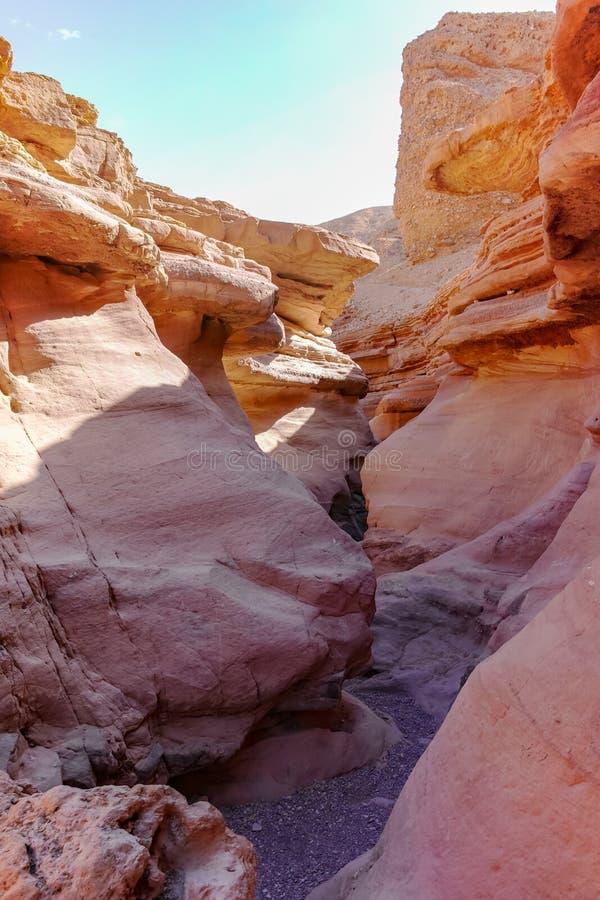 Formación geológica hermosa en el desierto, poder colorida de la piedra arenisca fotografía de archivo libre de regalías