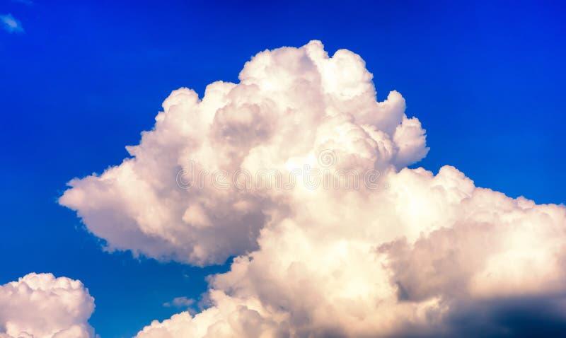Formación hermosa de la nube de tormenta en el cielo azul imagen de archivo