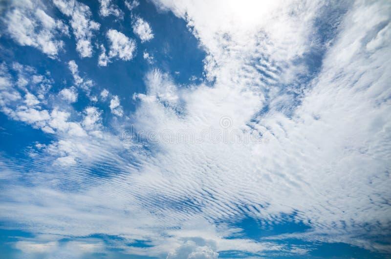 Formación hermosa de la nube del cirrocúmulo y de Altocumulus en el cielo azul claro con la cumulonimbus en su Horzion fotografía de archivo
