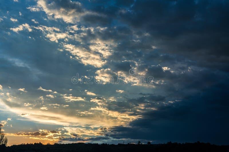 Formación hermosa de la nube delante de una puesta del sol africana foto de archivo