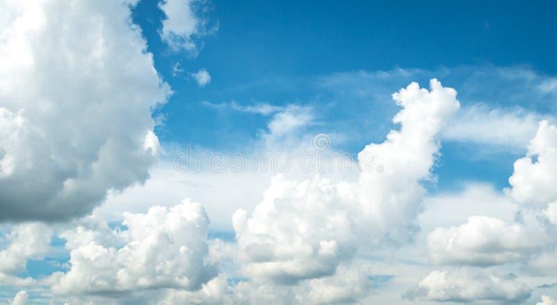 Formación hermosa de la nube y cielo azul foto de archivo libre de regalías
