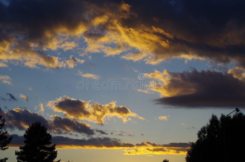 Formación interesante de la nube antes de la puesta del sol fotografía de archivo libre de regalías