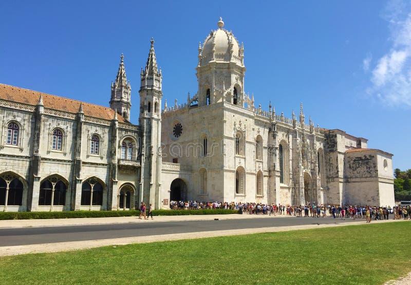 Formación larga de visitantes el monasterio de Jeronimos Lisboa Portugal fotos de archivo libres de regalías