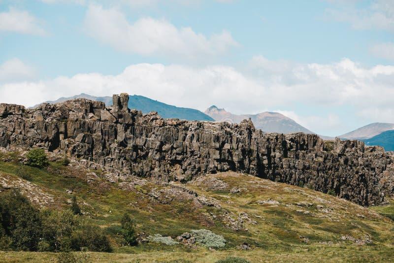 formación rocosa majestuosa en la colina verde foto de archivo