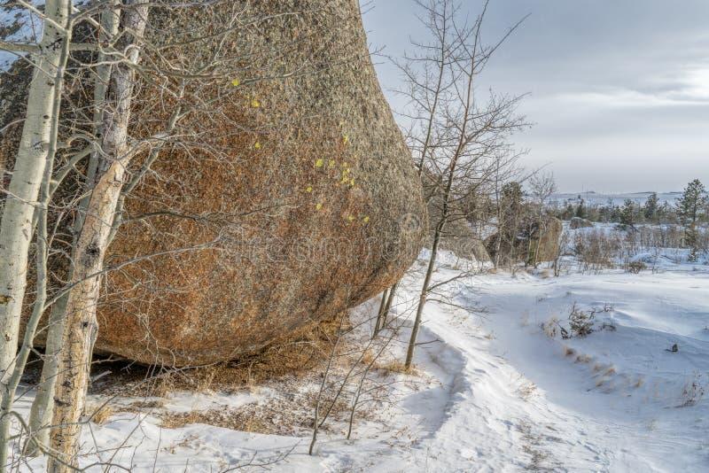 Formación y rastro de roca en la zona de recreo de Vedauwoo imágenes de archivo libres de regalías