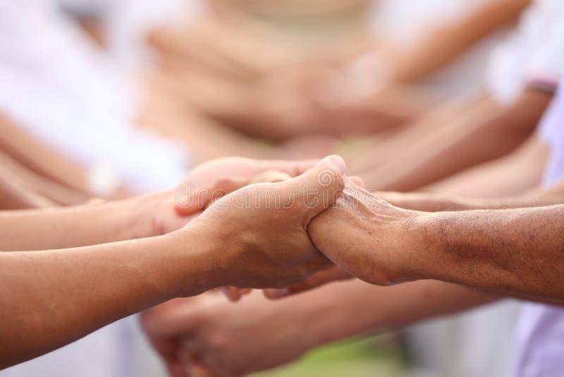 Formaci?n de equipo en el negocio para la unidad y el apoyo total de la cooperaci?n con la diversidad del personal para compartir fotografía de archivo libre de regalías