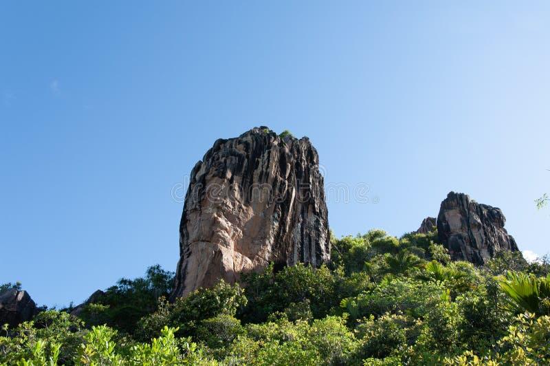 Formaci?n de piedra de la lava, monolito, en el parque natural de isla del curieuse, Seychelles imagenes de archivo