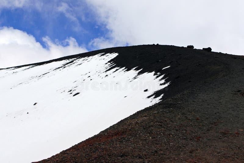 Formaci?n volc?nica de la monta?a paisaje nevoso del monte Etna Tonos blancos y negros fotos de archivo