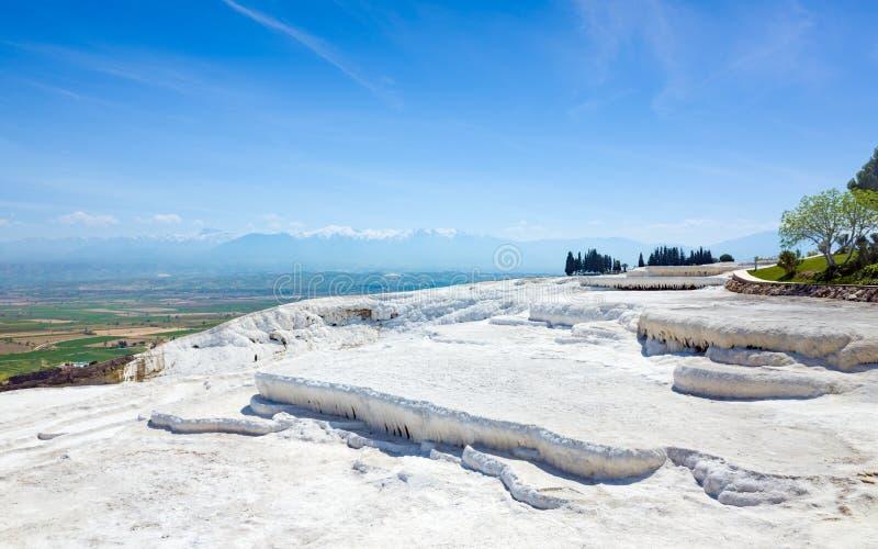 Formaciones blancas de la terraza del travertino, piscinas secas en Pamukkale, Turquía foto de archivo libre de regalías