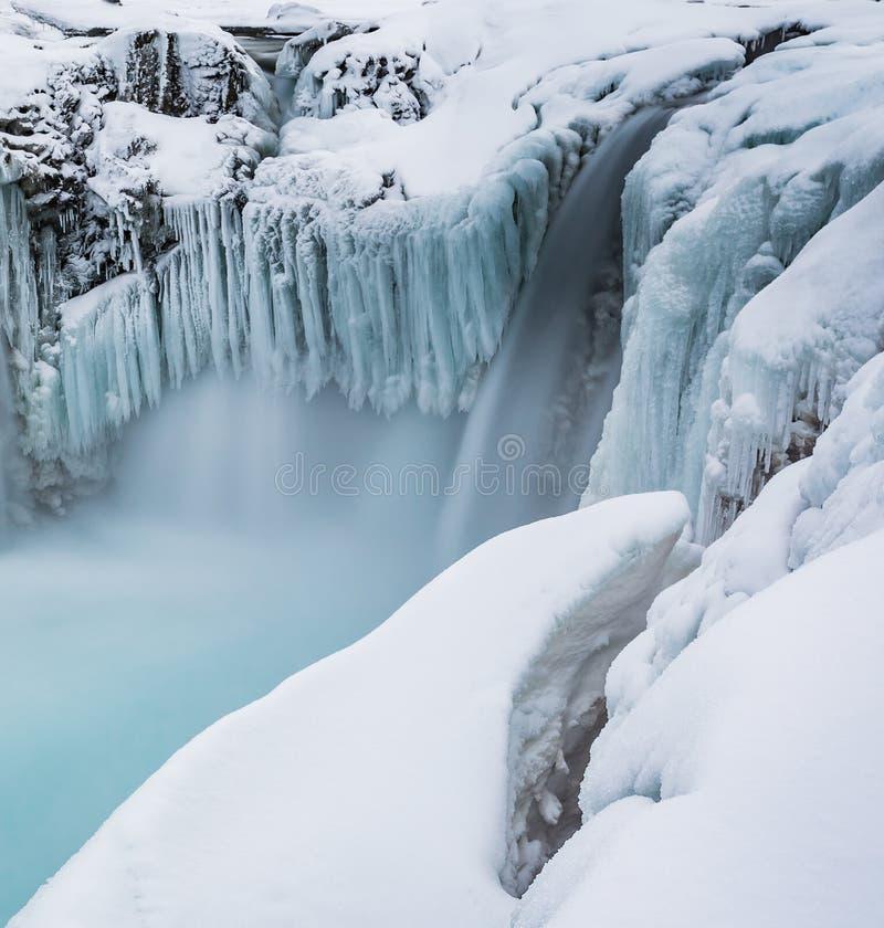 Formaciones de hielo Nevado creadas por la cascada congelada en Hranabjargafoss fotos de archivo libres de regalías