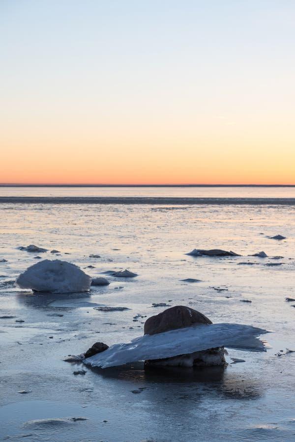 Formaciones de hielo por la costa costa foto de archivo