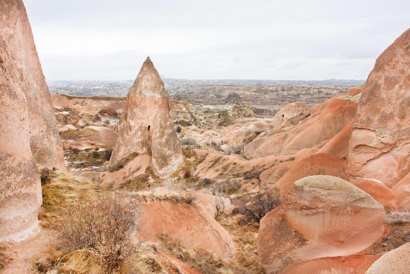 Formaciones de piedra coloreadas amarillas y colores rojos en el valle de Cappadocia fotografía de archivo libre de regalías