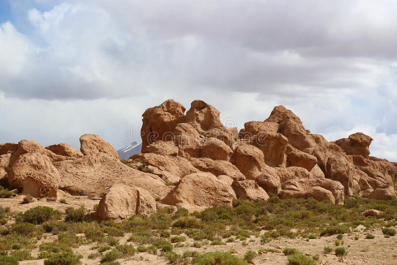 Formaciones de roca únicas a lo largo del camino en el desierto de Siloli, boliviano Altiplano, departamento de Potosi, Bolivia fotos de archivo libres de regalías