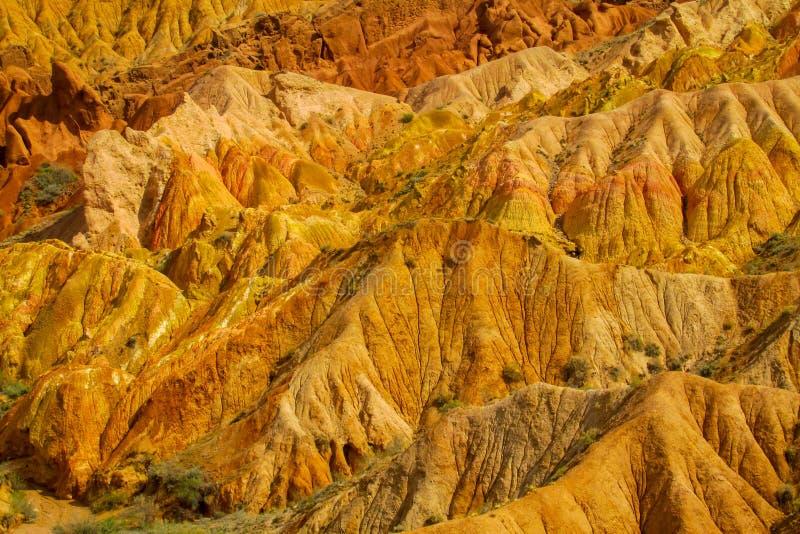 Formaciones de roca amarillas rojas en Kirguistán imagen de archivo