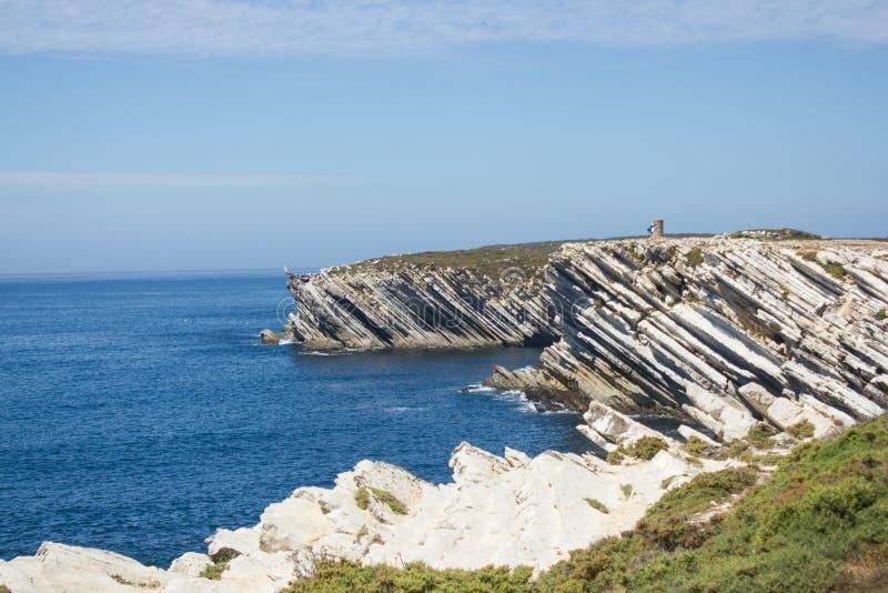 Formaciones de roca calcáreas en el Océano Atlántico en el norte lejano del istmo de Baleal, Peniche, en la costa occidental de P imagenes de archivo
