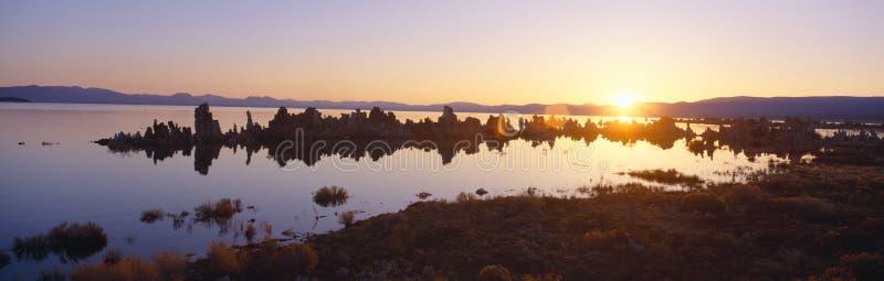 Formaciones de roca de la toba volcánica que emergen del mono lago en la salida del sol, California fotos de archivo