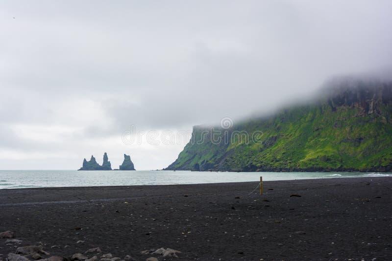 Formaciones de roca del basalto o dedos del pie del duende Reynisdrangar, Vik, Islandia imágenes de archivo libres de regalías