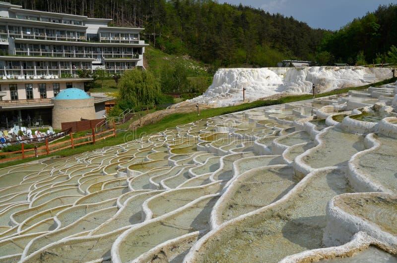 Formaciones de roca del travertino en el BALNEARIO de Egerszalok (Hungría) foto de archivo