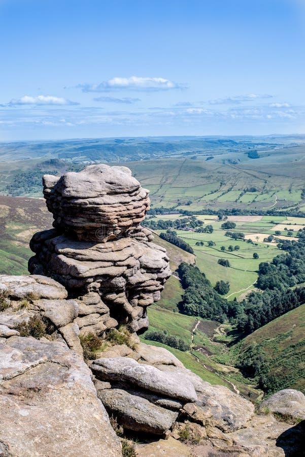 Formaciones de roca en el valle en el parque nacional del distrito máximo, Derbyshire de la esperanza foto de archivo libre de regalías
