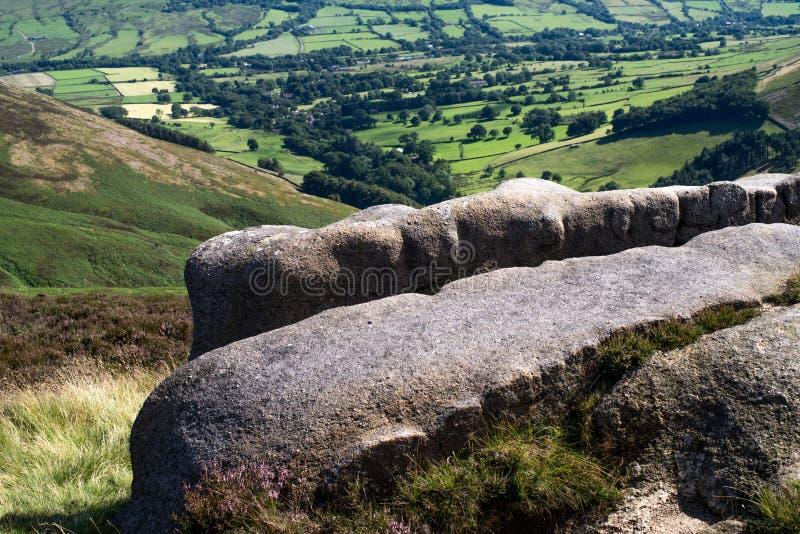 Formaciones de roca en el valle en el parque nacional del distrito máximo, Derbyshire de la esperanza fotos de archivo
