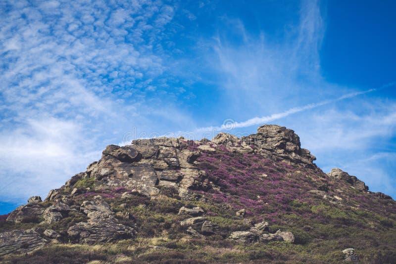 Formaciones de roca en el valle en el parque nacional del distrito máximo, Derbyshire de la esperanza fotografía de archivo