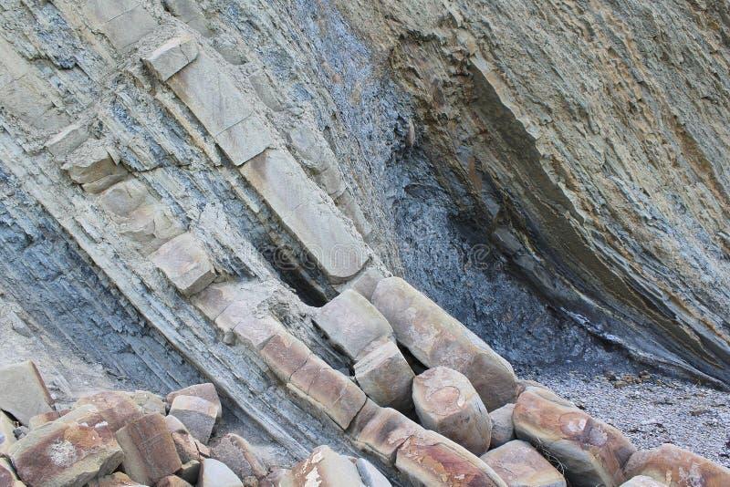Formaciones de roca en las montañas capas estrechas y amplias alternas fotografía de archivo libre de regalías