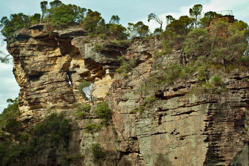 Formaciones de roca, escarpa, pared que sube, montañas azules, Australia imágenes de archivo libres de regalías